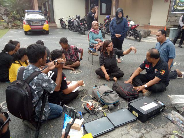 Tim Cobra Geledah Rumah Gita Hartanto Amoeba Qnet Temukan Uang Rp. 130 Juta