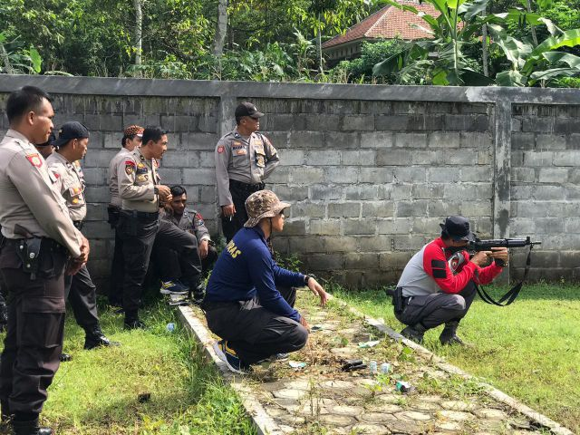 Tim Pemburu Begal Lumajang Dilatih Menembak Pakai Senjata Laras Panjang
