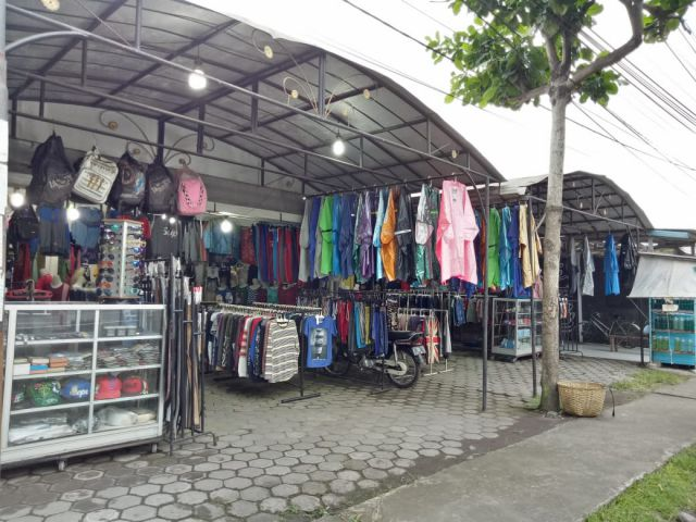 Pedagang Jas Hujan Raup Untung Besar