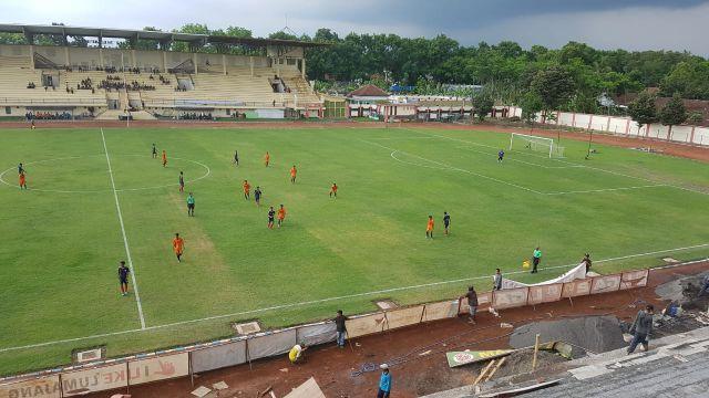 Video : Amazingnya Nonton Sepak Bola Di Tribun Timur Stadion Semeru