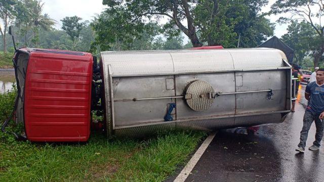 Truk Tangki Air Minum Asal Tanggul Jember Kecelakaan di Lumajang