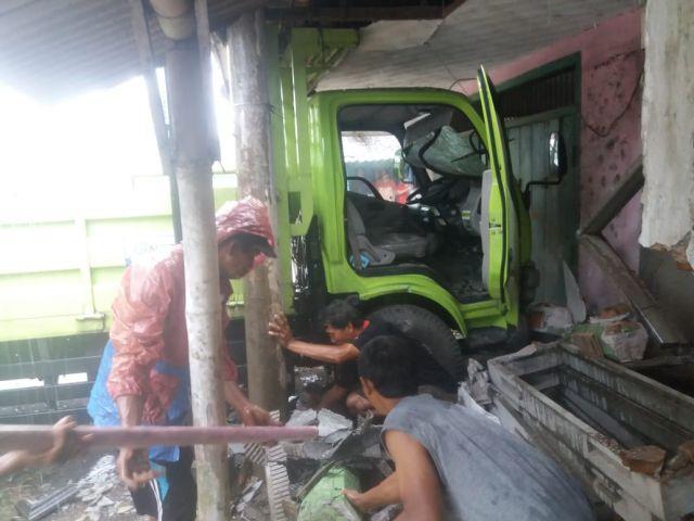 Truk Tabrak Rumah Jadi Tumbal Jalanan Licin Raya Tekung Lumajang