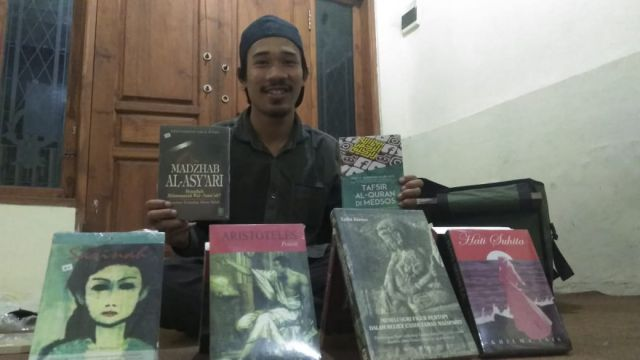 Ucok Seorang Mahasiswa Jualan Buku Untuk Perkaya Literasi Lumajang