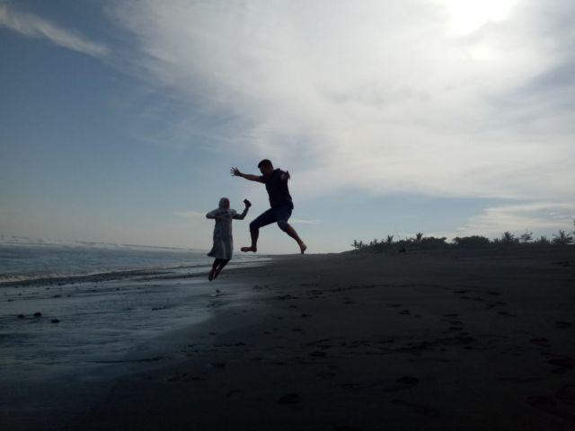 Memburu Senja di Pantai Watu Pecak Lumajang