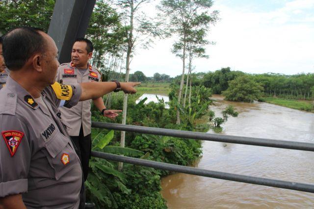 Polres Lumajang Mengecek Tanggul Jebol di Banjir Rowokangkung