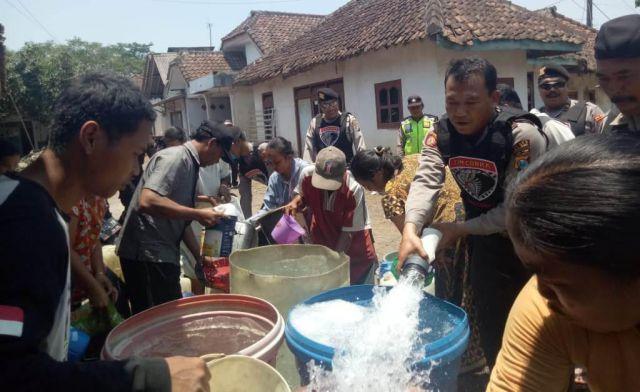 Warga Desa Kedawung Senang Dapat Bantuan Air Bersih Tim Cobra Lumajang