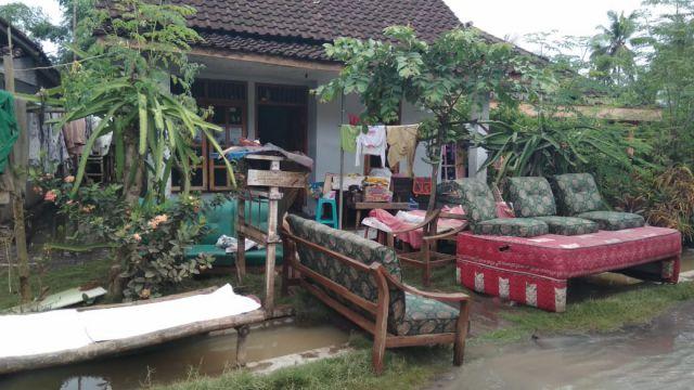 Warga Korban Banjir Mulai Bersih-Bersih Rumahnya