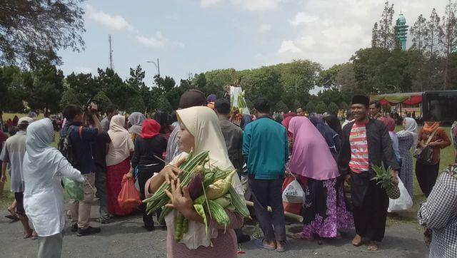 Video : Warga Lumajang Berebut 4 Gunungan Tumpeng Harjalu 763