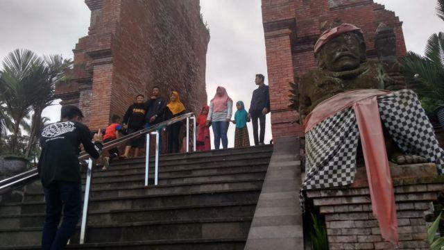 Libur Idul Fitri, Pura Mandara Giri Semeru Agung Ramai Dikunjungi