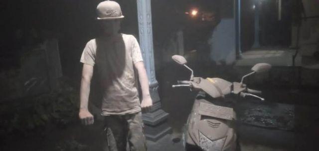 Penampakan Foto Warga dan Sepeda Motor Tertutup Abu Vulkanik Semeru