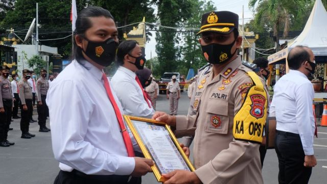 AKBP Eka Yekti Beri Penghargaan 6 Anggota Satresnarkoba Lumajang