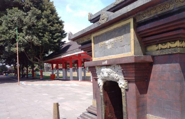 Vandalisme Rusak Muka Miniatur Candi di Depan Pemkab Lumajang