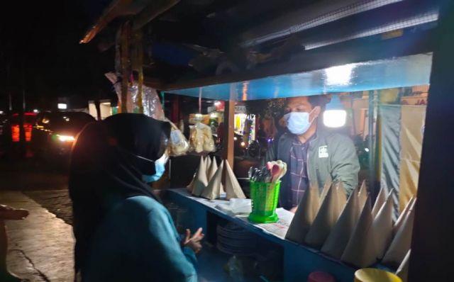 Anang Syaifuddin Ketua DPRD Lumajang Lakukan Aksi Borong Dagangan PKL