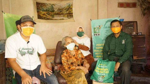 PKB Lumajang Holopis Kuntul Baris Salurkan Puluhan Ton Beras