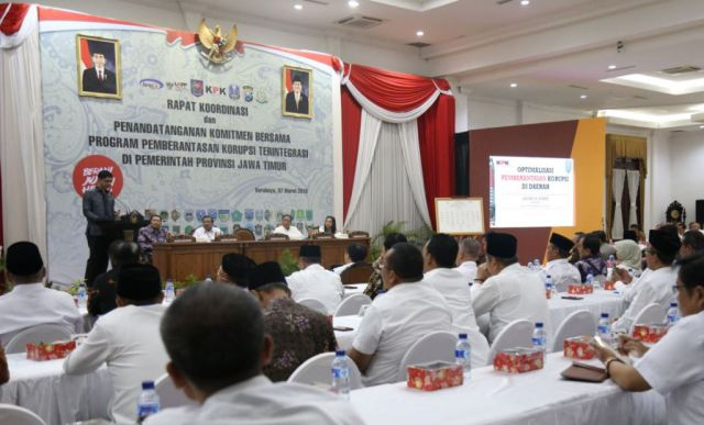 Pemkab dan DPRD Tandatangi Komitmen Anti Korupsi Bersama KPK di Surabaya