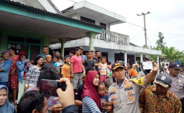 Rilis TKP, Kapolres Arsal Jadi Buruan Fans Cewek Berfoto Selfie