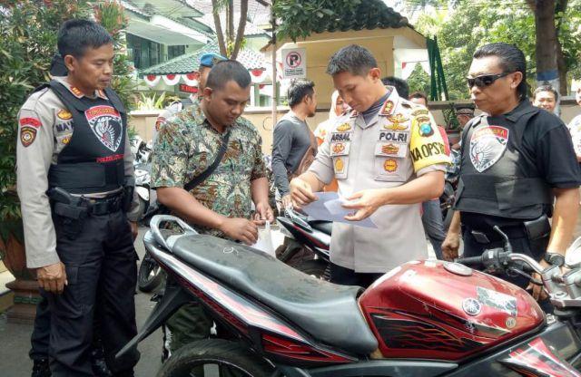 Arsal Sahban Kembalikan Motor Bodong Hasil Razia Tim Cobra Pada Pemiliknya