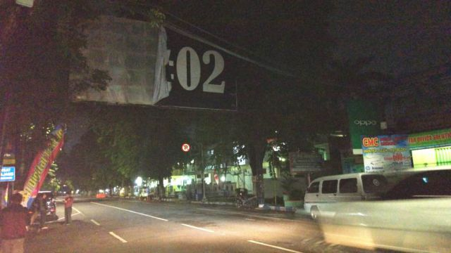 Bawaslu Copot Baleho Besar di Jalan Basuki Rachmad Lumajang