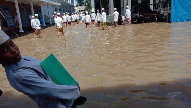 Banjir Ganggu Aktifitas Belajar Santri Miftahul Ulum Bakid Lumajang
