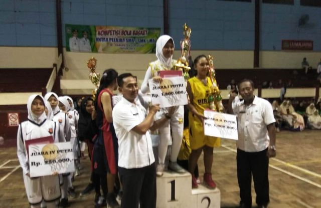 Tim Putra-Putri SMAN 02 Lumajang Borong Juara Pertama Kompetisi Bola Basket Dispora