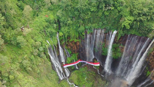 Polres Lumajang Kibarkan Merah Putih 100 Meter di Tumpak Sewu Semeru