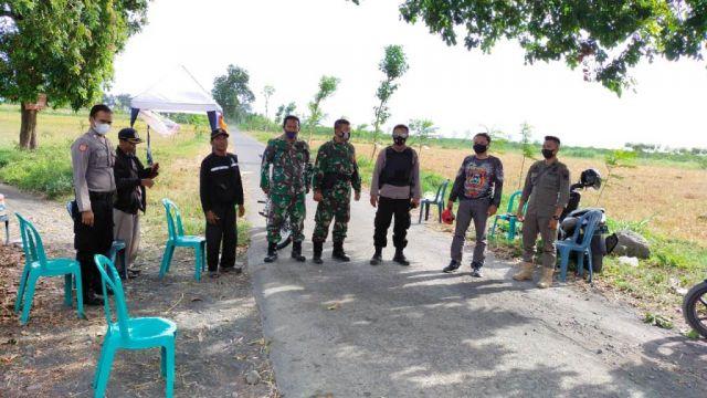 Petugas Blokade Jalan Masuk Objek Wisata Pantai Selatan di Lumajang