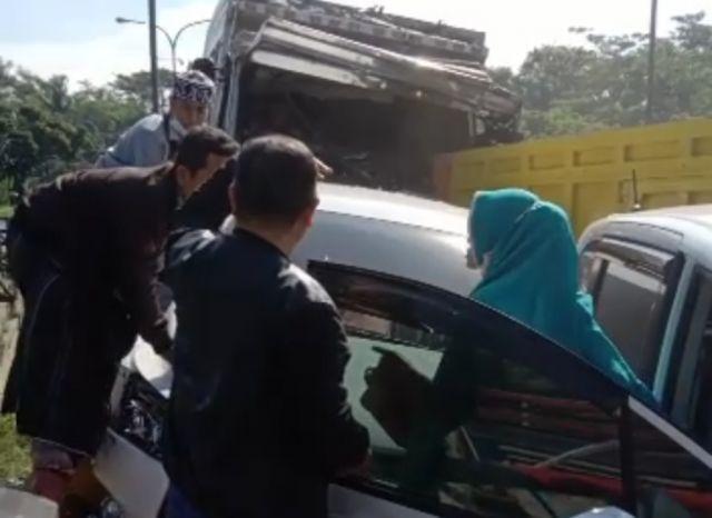 Bruak.! Tabrakan Beruntun 10 Kendaraan di Jalan Kedungjajang Lumajang