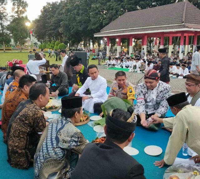 Luar Biasa..! Aksi Damai Lumajang Dibanjiri Sumbangan Konsumsi Bukber