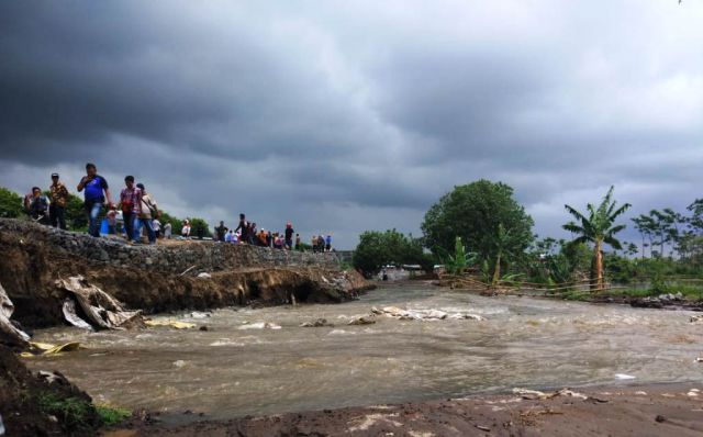 Bangunan Baru, Tanggul Dam Gambiran Tak Kuat Tahan Banjir