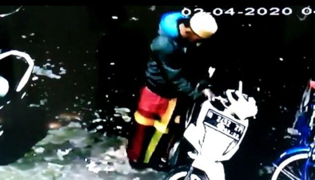 Lelaki Pincang Curi Motor di Masjid Darus Salam Selok Besuki Lumajang