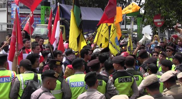 Tolak UU MD3, Demo Mahasiswa Depan DPRD Lumajang Ricuh