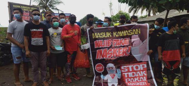 Deni DPRD Lumajang Bagikan Masker Pegunjung Wisata Pantai Watu Godek