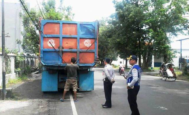 Truck Pasir Tak Tutup Muatan Juga Terpantau CCTV Dishub Lumajang