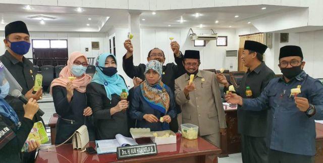 Efek Corona, DPRD Lumajang Bontot Singkong Rebus saat Rapat Paripurna