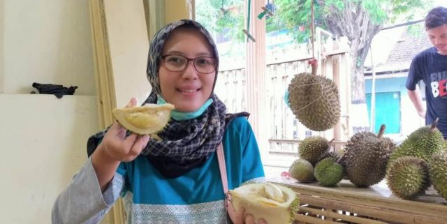 Firda Cewek Cantik Berburu Nikmatnya Durian Mini Wonolopo Lumajang