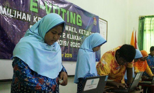 Manfaatkan Teknologi Pemilu OSIS SMPN 02 Klakah Pakai e-Voting