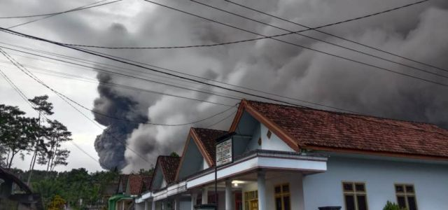 Abu Vulkanik Semeru Meluncur 4 KM Menuju Curah Kobokan Lumajang