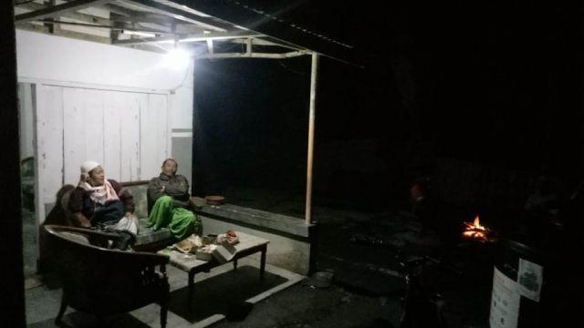 Semeru Erupsi Warga Pronojiwo Lumajang Pilih Begadang Diluar Rumah
