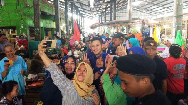 Ferly, Artis FTV Diajak Foto Selfie Padagang Pasar Baru Lumajang