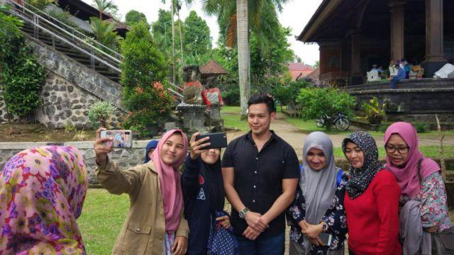 Ferlyanto Artis FTV Jadi Buruan Foto Selfie Wisatawan Pura Mandara Giri