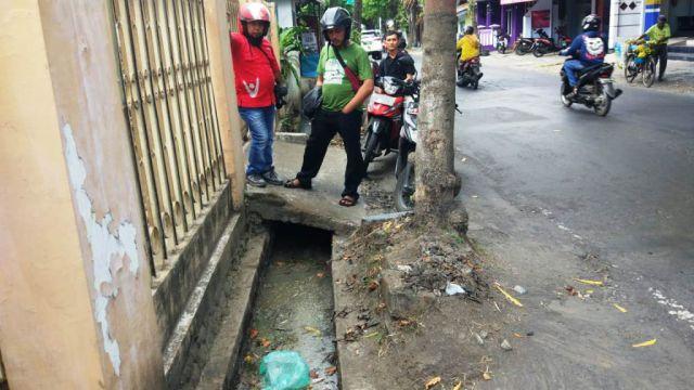 Bau Busuk Limbah di Selokan Jalan Veteran Lumajang Ganggu Warga