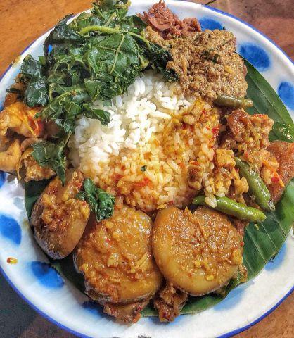 Nikmatnya Makanan Warung Mbah Martumi di Lumajang