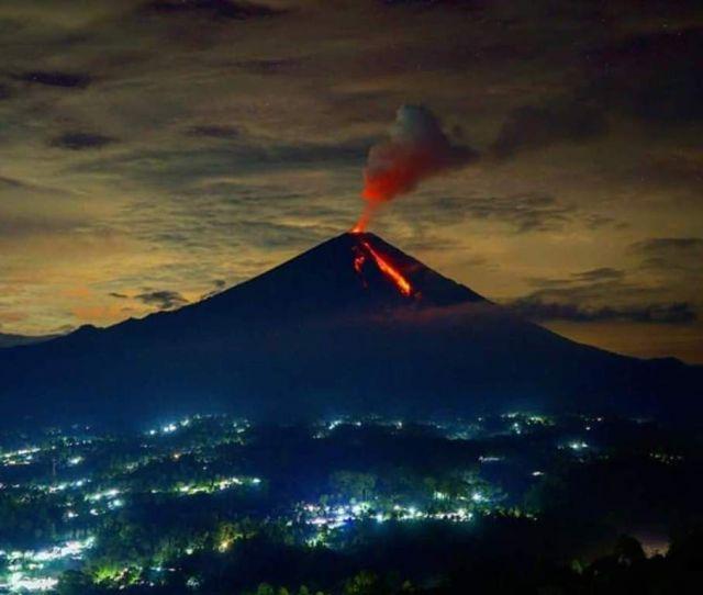 16 Kali Gunung Semeru Lumajang Semburkan Lava Pijar
