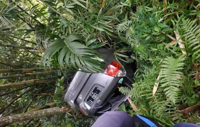 Honda Jazz Masuk Jurang di Piket Nol Desa Sumberwuluh Lumajang