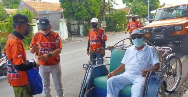 IOF Lumajang Bagikan Paket Sembako dan Masker Bagi Abang Becak