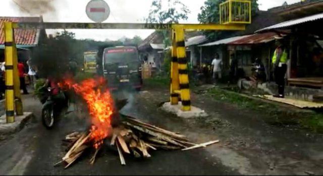 Warga Jarit Akhinya Kembali Blokir Jalan dari Truck Pasir