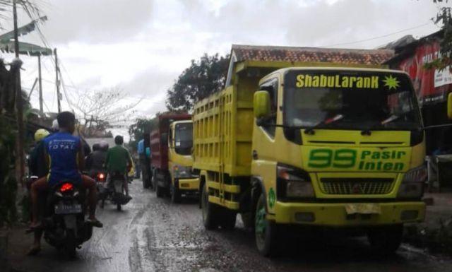 Truck Pasir Membuat Banyak Lubang dan Jalan Rusak