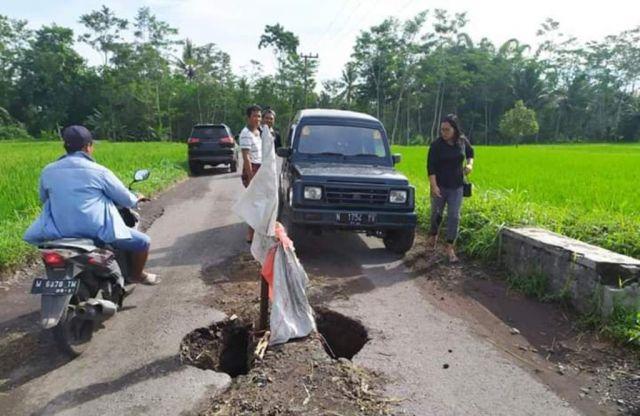 Jalan Berlubang di Kloposawit Disorot Anggota Komisi B DPRD Lumajang