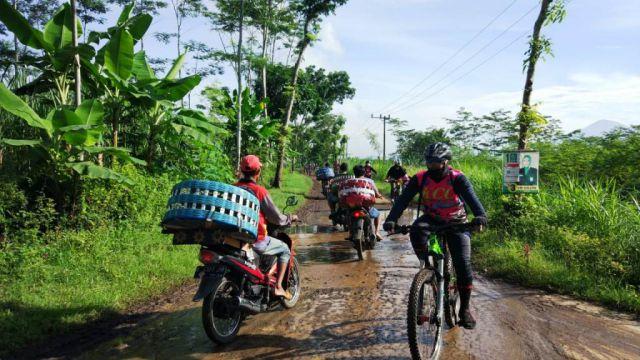 Jalan Rowo Kancu Hingga Desa Mojo Rusak Parah