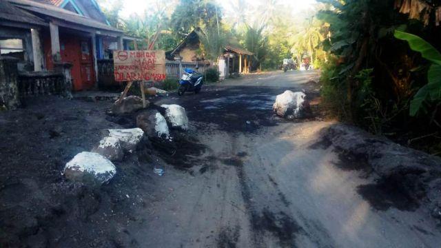 Gunakan Batu Warga Jarit Tetap Kompak Blokade Jalan dari Truck Pasir